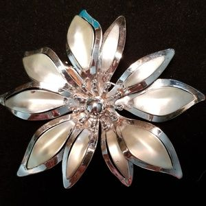 Vintage Large Silvertone Metal Daisy Brooch Pin